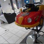 kinderstoel kapper R-style in Borsbeek heeft de vorm van een auto